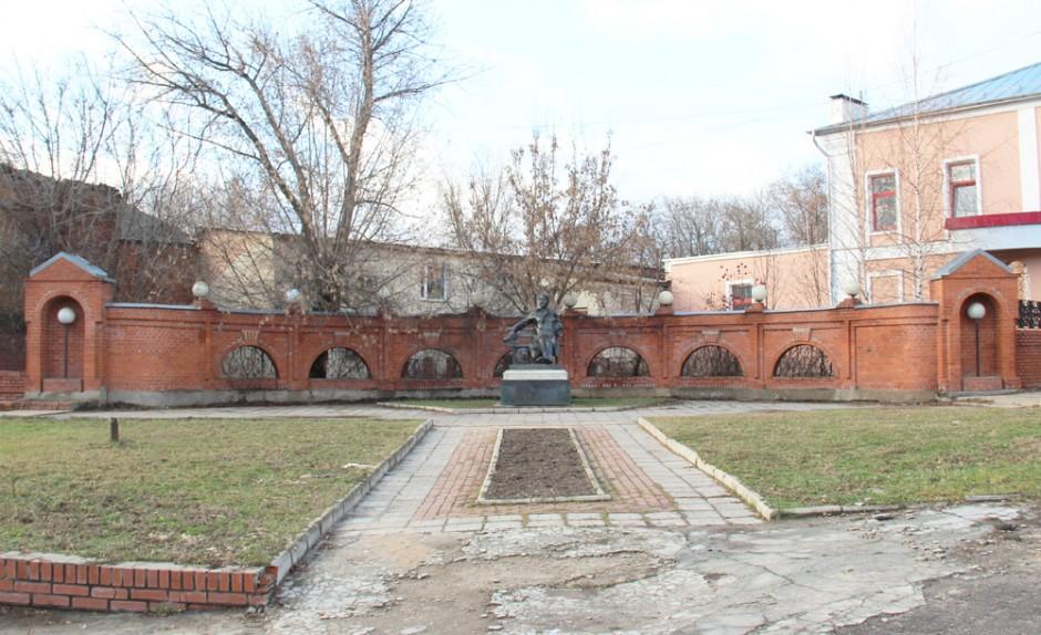 памятник чехову в серпухове 1