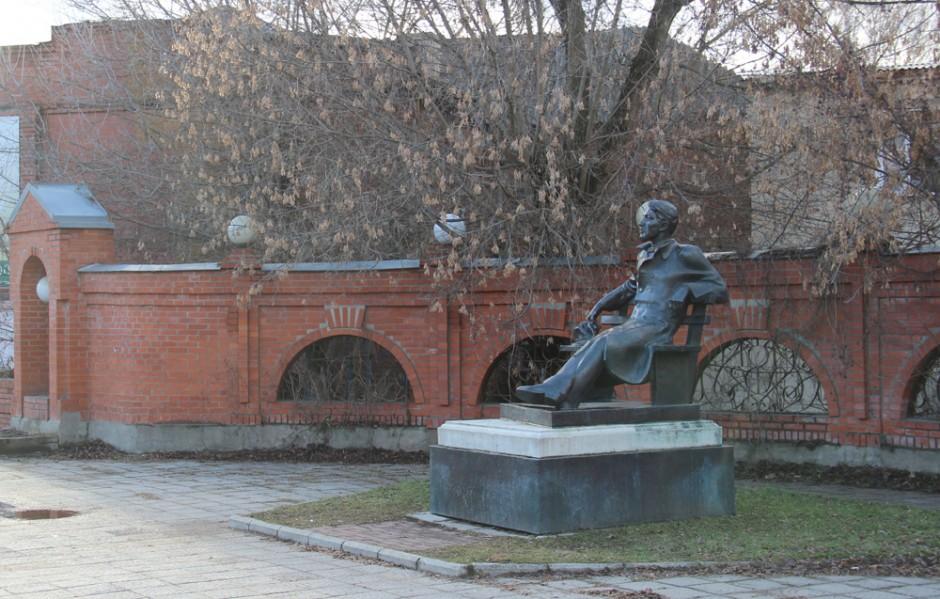 памятник чехову в серпухове 2